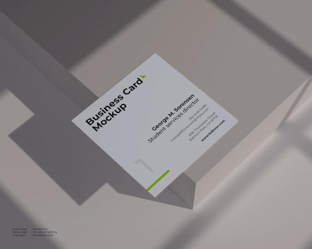 Vierkant visitekaartje mockup onder schaduw