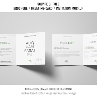 Vierkante bi-gevouwen brochure of wenskaart mockup van twee op witte achtergrond