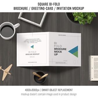 Vierkante bi-gevouwen brochure of wenskaartmodel met koffie