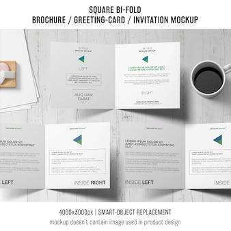 Vierkante bi-gevouwen brochure of wenskaartmodel van drie met koffie