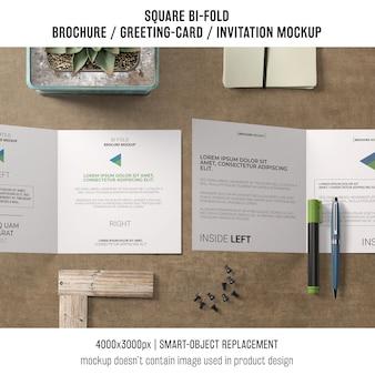 Vierkante bi-vouw brochure of wenskaart mockup in bovenaanzicht