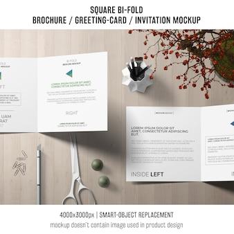 Vierkante bi-vouw brochure of wenskaartmodel op creatieve werkruimte