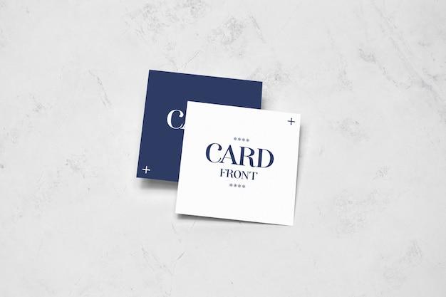 Vierkante kaarten die op vloermodel liggen