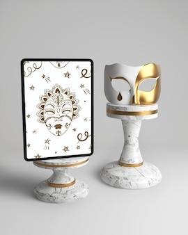 Vintage elegante máscara y maqueta blanca y dorada