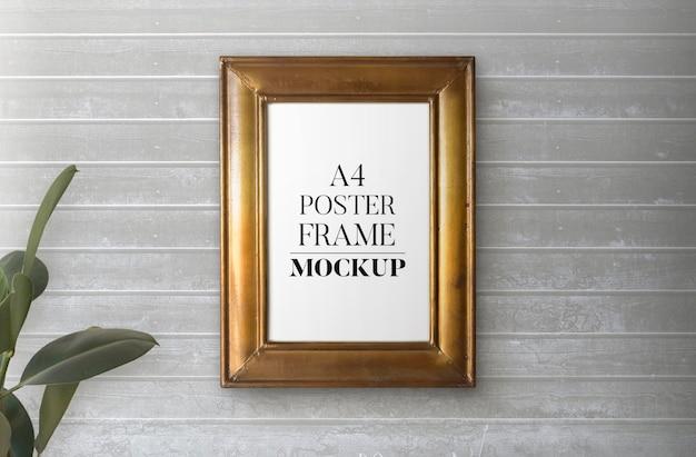 Vintage gouden frame over houten muurmodel