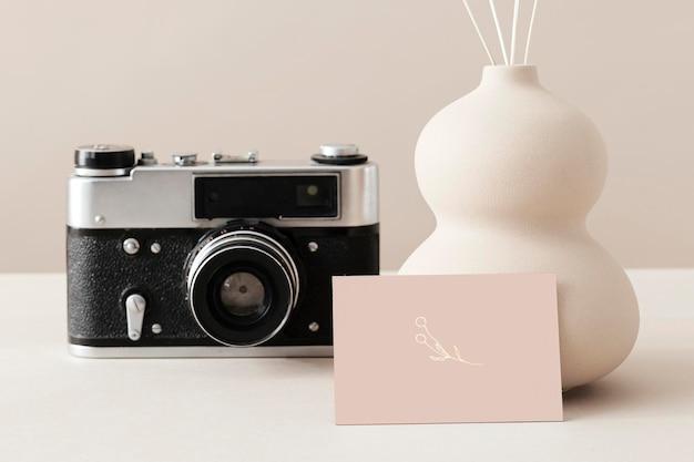 Visitekaartje met een analoge camera