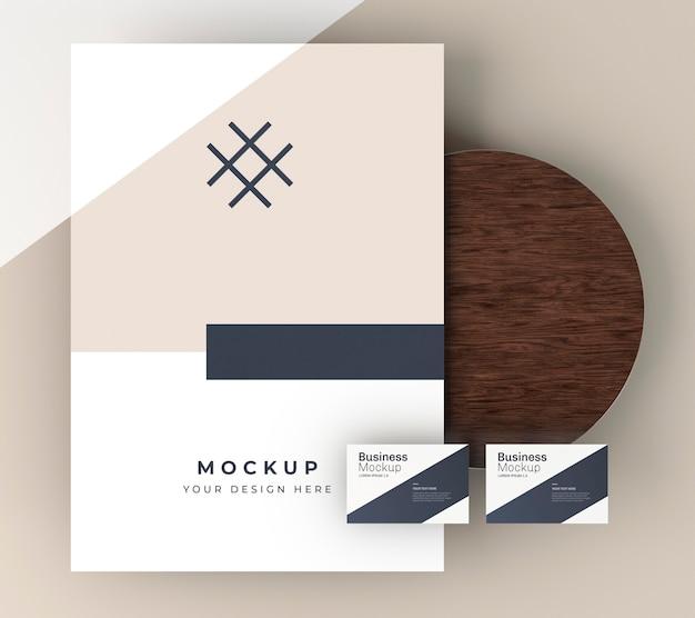 Visitekaartje mock-up op een houten bord