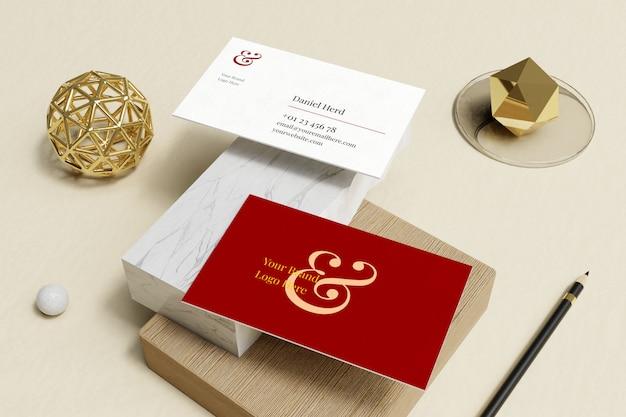 Visitekaartje mockup in marmer en houten doos