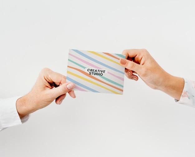 Visitekaartje mockup in pastel strepenpatroon