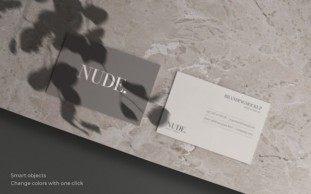 Visitekaartje mockup met botanische schaduw en marmeren textuur