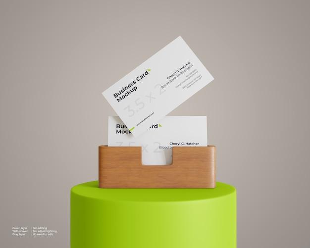 Visitekaartje mockup met houten houder op het podium