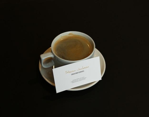 Visitekaartje mockup psd met koffie of cappuccino-kop