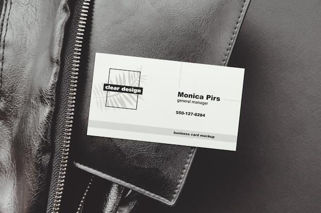 Visitekaartje op portmone zwarte scène mockup