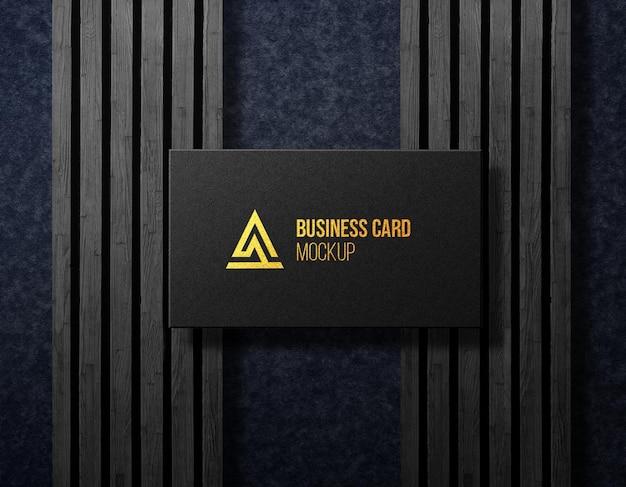 Visitekaartje voorkant mockup duisternis houten luxe achtergrond