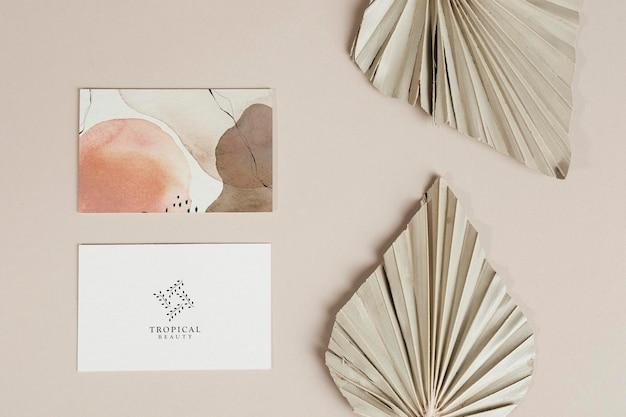Visitekaartjes met gedroogde palmbladeren mockup
