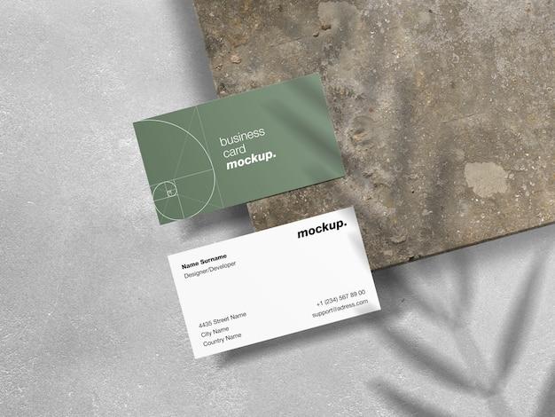 Visitekaartjes op grunge textuur met schaduw overlay mockup