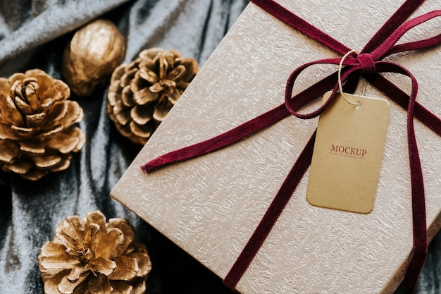 Vista aérea de caja de regalo con maqueta de etiqueta.
