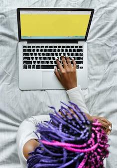 Vista aérea de mujer usando la computadora portátil