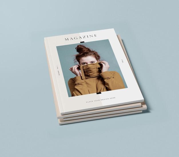Vista alta pila de libros con maqueta de revista editorial de mujer