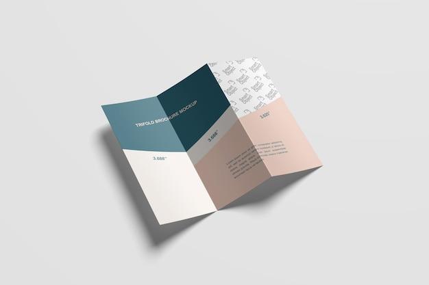 Vista de ángulo alto de maqueta de folleto plegado en z