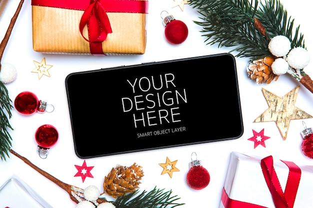 Vista de una aplicación móvil de navidad y una maqueta de decoraciones