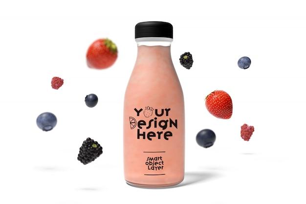 Vista de una botella de jugo con maqueta de frutas