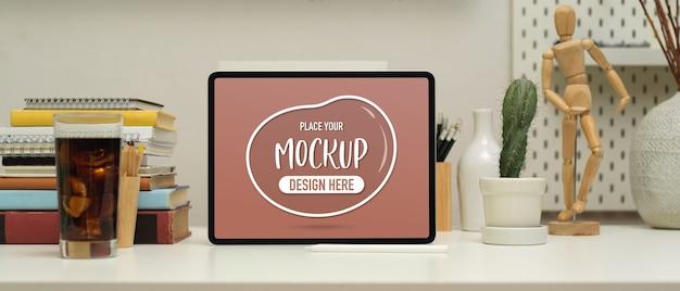 Vista de cerca de la mesa de trabajo con maqueta de portátil