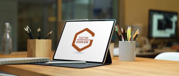 Vista cercana de la mesa de trabajo con pantalla de portátil