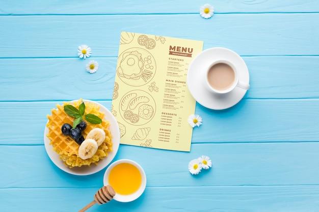 Vista dall'alto del cibo per la colazione con cialde e miele