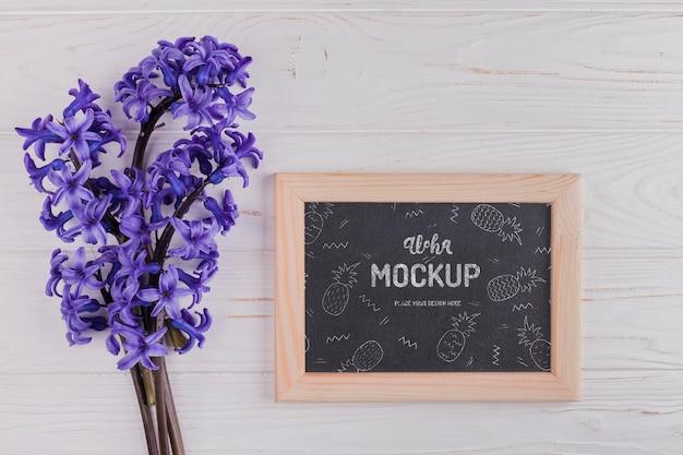 Vista dall'alto del fiore di giacinto con cornice mock-up