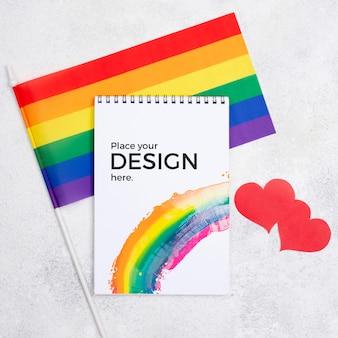 Vista dall'alto del notebook con bandiera arcobaleno e cuori