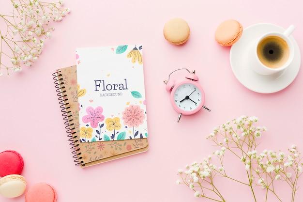 Vista dall'alto del notebook con orologio e macarons