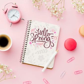 Vista dall'alto del notebook con orologio e tazza di caffè