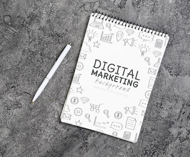Vista dall'alto del taccuino di marketing digitale