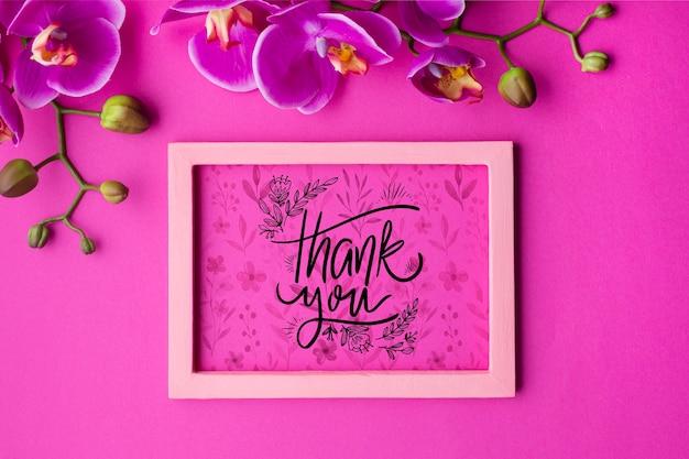 Vista dall'alto del telaio e fiori su sfondo rosa