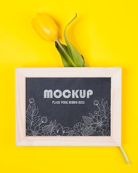 Vista dall'alto del tulipano con mock-up di cornice