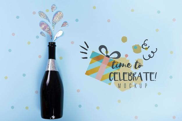 Vista dall'alto della bottiglia di champagne per l'anniversario di compleanno