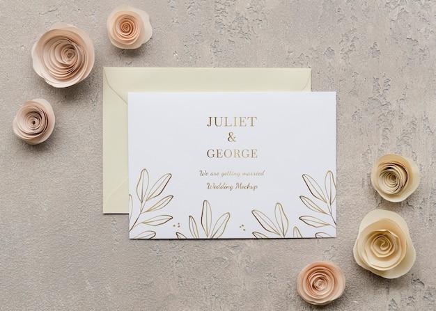 Vista dall'alto della partecipazione di nozze con rose