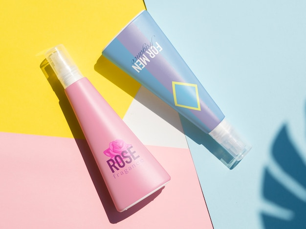 Vista dall'alto design del prodotto con bottiglie mock-up