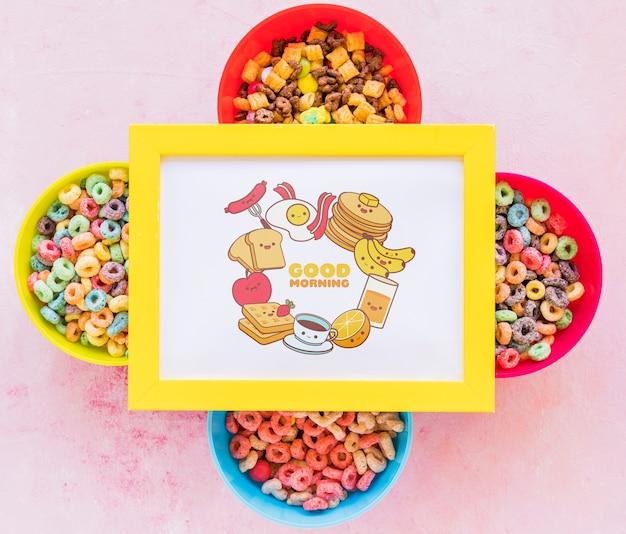 Vista dall'alto di cereali colorati e telaio su sfondo chiaro
