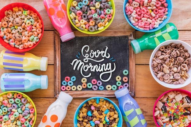 Vista dall'alto di cereali colorati sul tavolo di legno