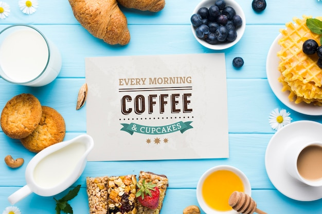 Vista dall'alto di cibo per la colazione con caffè e cornetti