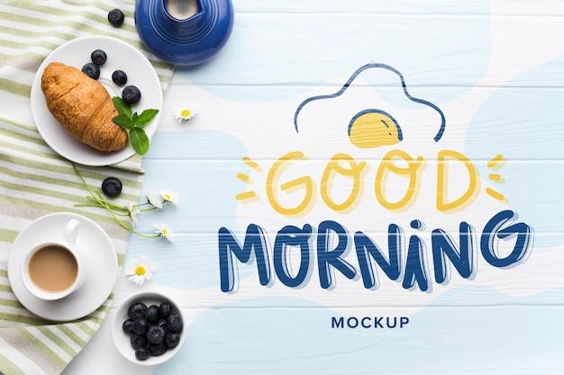 Vista dall'alto di cibo per la colazione con cornetto e caffè