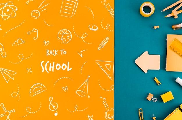 Vista dall'alto di nuovo a scuola con sfondo colorato