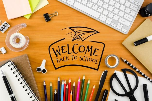 Vista dall'alto di nuovo al concetto di scuola sulla scrivania
