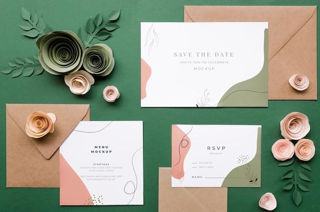 Vista dall'alto di partecipazioni di nozze con buste e rose di carta