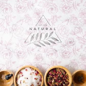 Vista dall'alto di prodotti per la cura della pelle naturale