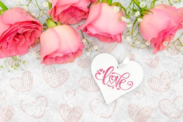 Vista dall'alto di rose con cuore per la festa della mamma