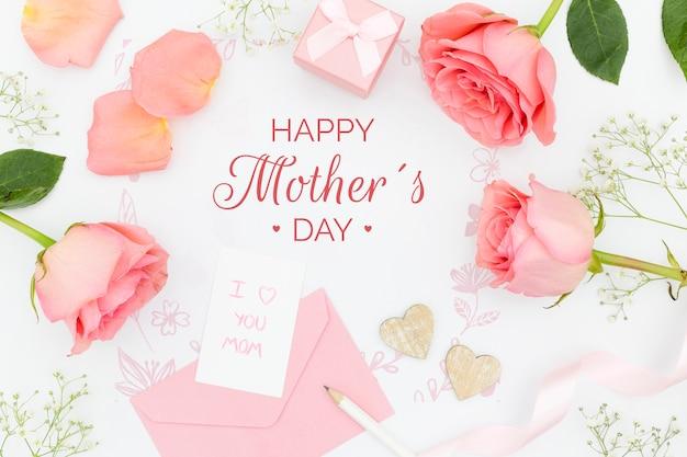 Vista dall'alto di rose con regalo e busta per la festa della mamma