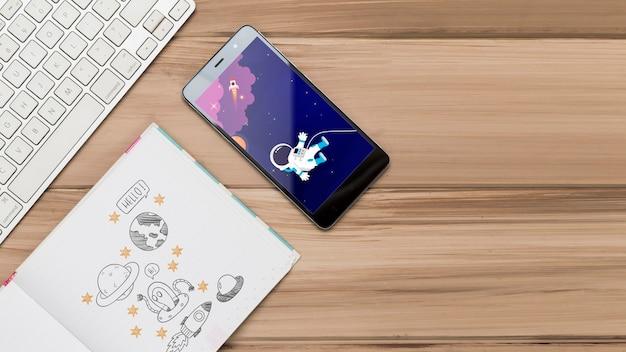 Vista dall'alto di smartphone con tastiera e disegni